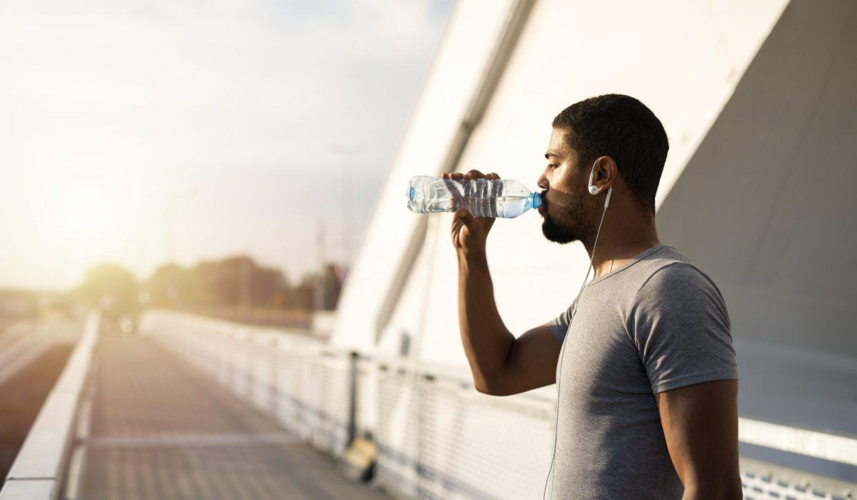 Runner qui boit de l'eau