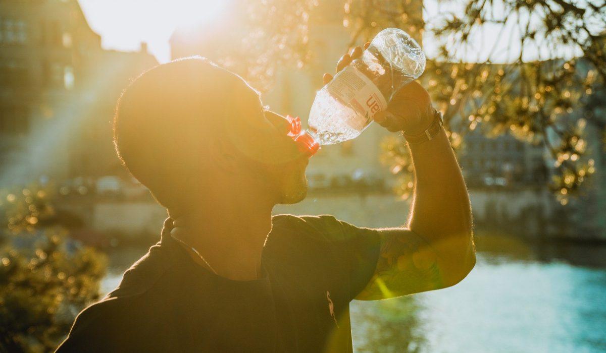 Sportif qui boit de l'eau