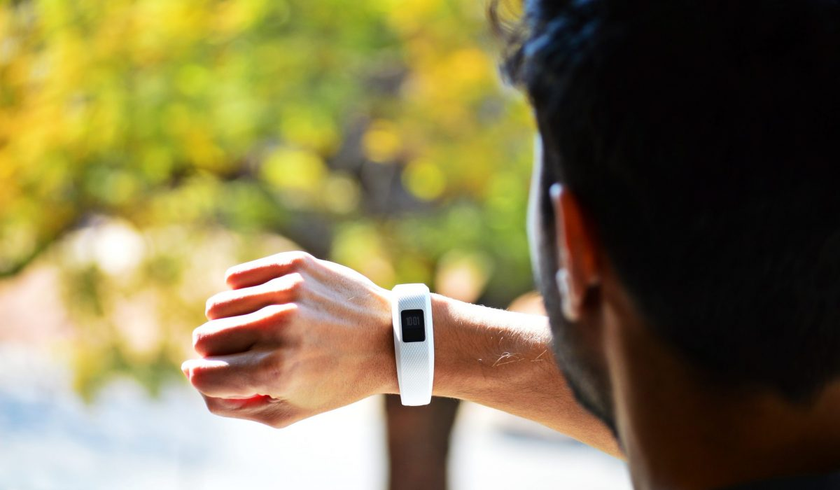 Runner qui regarde sa smartwatch