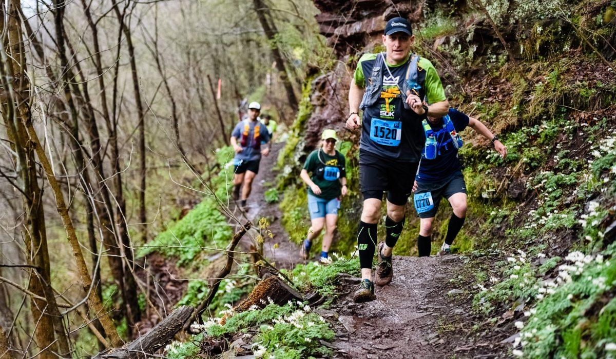 Runners qui portent des manchons de compression pendant un trail